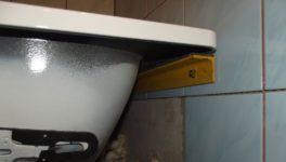 Как закрепить стальную ванну чтобы не качалась